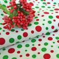 Ткань красный и зеленый горох на белом фоне