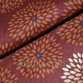 Хлопок хризантема на коричневом фоне, золотое напыление