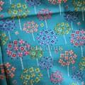 Яркие цветы на голубом